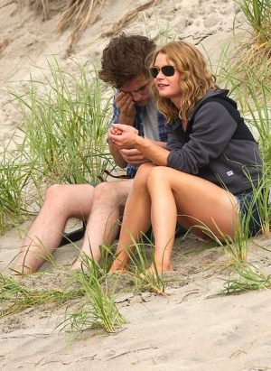 robert pattinson emilie de ravin kiss beach